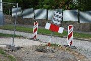 Střední Čechy (15. 6. 2018) – Dopravní značení u rekonstruovaného chodníku v Berouně – směrové tabule.