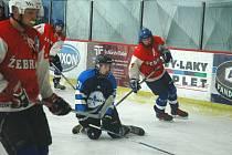 Mladí hokejisté Žebráku hrají v soutěži i s Mostem.