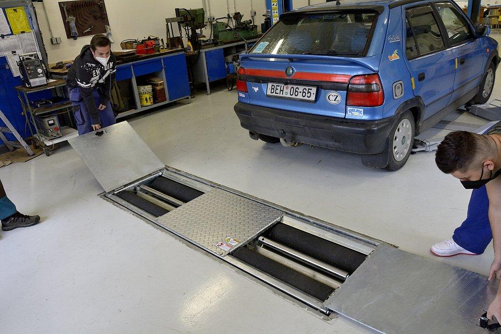 Z odborného výcviku na Středním odborném učilišti Beroun-Hlinky: zařízení na testování brzd.