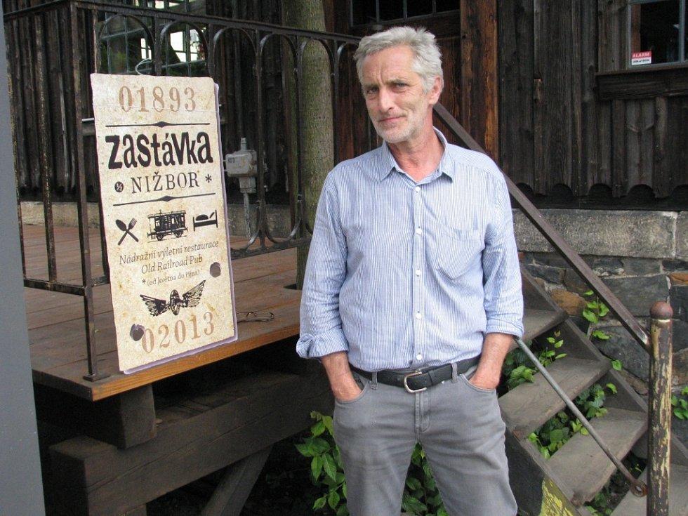Herec Tomáš Hanák si na vlakovém nádraží v Nižboru u Berouna otevřel restauraci.