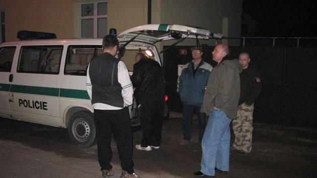 Policisté vyšetřovali v domě ve Fügnerově ulici v Králově Dvoře.