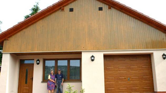 Manželé Polívkovi před svým novým domem.