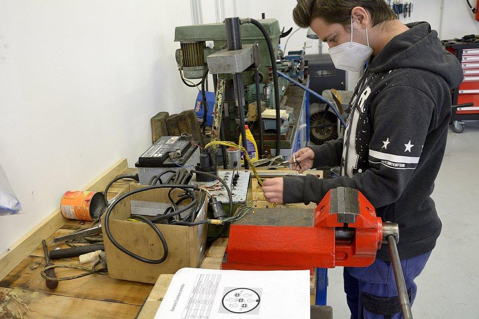 Z odborného výcviku na Středním odborném učilišti Beroun-Hlinky: testují se i elektrické součásti auta.