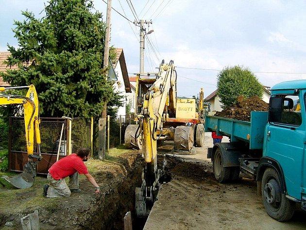 Stavba kanalizace omezila průjezd Bykoší