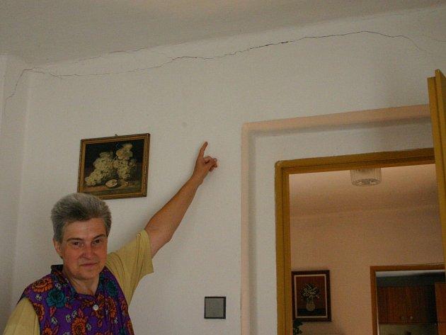 Ničivá povodeň před pěti lety narušila statiku domu, ve kterém manželé Polívkovi bydlí. Zanechala po sobě pukliny ve zdech.