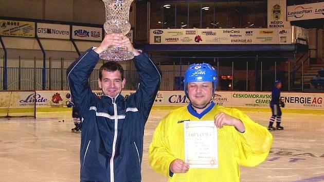 Kapitán M. Piskáček společně se suchomastským brankářem převzali putovní pohár pro vítěze teplákové ligy.