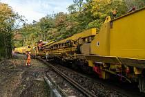Na opravu trati nasadila stavební firma monstrum zvané Matisa P95, které zvládne za hodinu vyměnit pražce na 400 m trati.