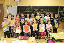 Prvňáčci ze ZŠ a MŠ Chyňava s třídní učitelkou Michaelou Machovou.