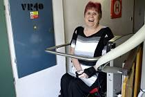 Nová plošina umožnila paní Gruntové snadnější mobilitu.