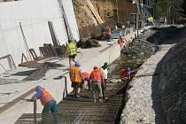 Přestavba hráze Záskalské přehrady pokračuje.