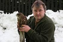Pavel Moulis se zraněným kánětem lesním