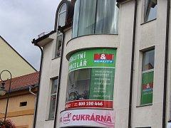 Reklama, která neodpovídá nařízení města, musí z domů, plotů i zábradlí pryč.