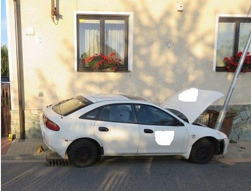 Řidička nabourala kvůli úhybnému manévru.