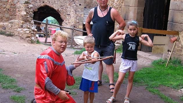 Veselý víkend na Točníku si o uplynulém víkendu nenechaly ujít desítky rodin s dětmi.  Mnohým se hodil i deštník.