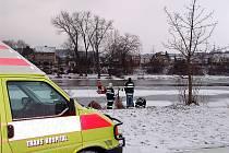 Záchranáři a hasiči nacvičovali záchranu z ledové body