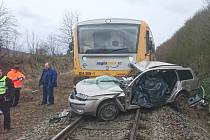 Na železničním přejezdu u Lochovic se střetl vlak s autem.