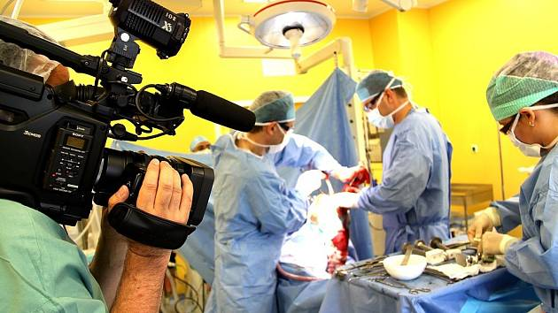 Hořovická nemocnice připravuje videa z operací.
