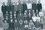 Žáci chlapecké třídy ve škole v Počaplech v první polovině 20. století.