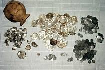 V loňském roce byl při speleologickém průzkumu v Českém krasu nalezen unikátní poklad. Byly zde objeveny mince ze třináctého století