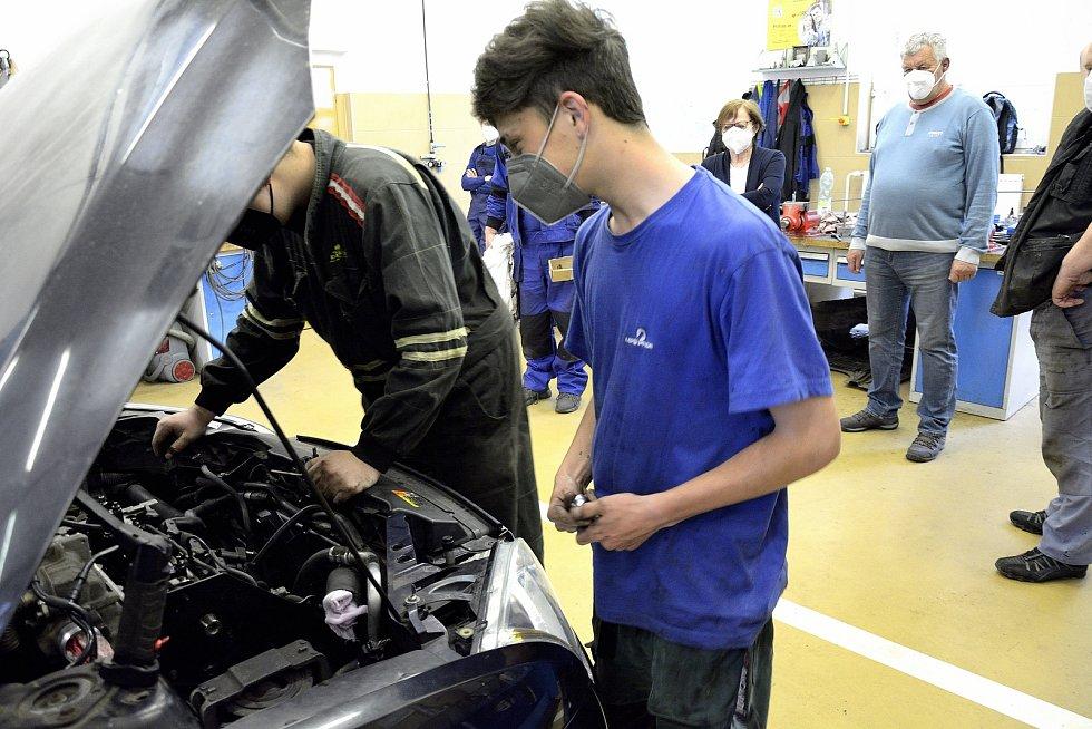 Z odborného výcviku na Středním odborném učilišti Beroun-Hlinky: práce na motoru Fordu Focus. Na snímku je mladý automechanik Jaroslav Žour.