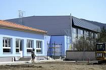 Pohled za dvora nové školky v Hýskově.