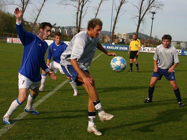 Bzovský Jakub Saitzkoff (uprostřed) se dostal na hřiště v 65. minutě, ani on ale nedokázal překonat domácí obranu, ve které nastoupil i Milan Petr (vlevo).