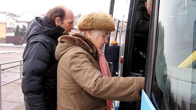 Od 1. února mají cestující na Berounsku přijít o desítky autobusových spojů