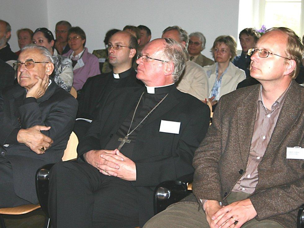 Oficiálního otevření Centra ekologického výzkumu a výchovy (Ekocentrum Kavyl) ve Svatém Janu pod Skalou se včera zúčastnil i kardinál Miloslav Vlk (vlevo) a bývalý ministr životního prostředí  Libor Ambrozek  (vpravo).