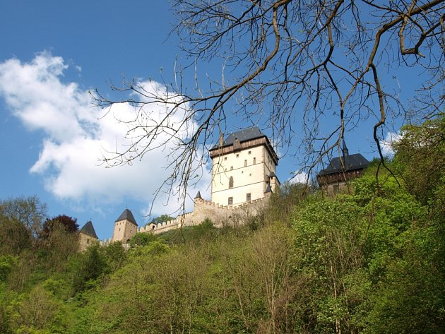 Hrad Karlštejn. Uprostřed hlubokých hvozdů nedaleko Prahy se Karel IV. rozhodl mít letní sídlo.