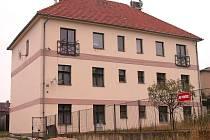 V činžovním domě v horní části Hudlic obývají nájemníci sedm obecních bytů. Ty v suterénu trpí vlhkostí