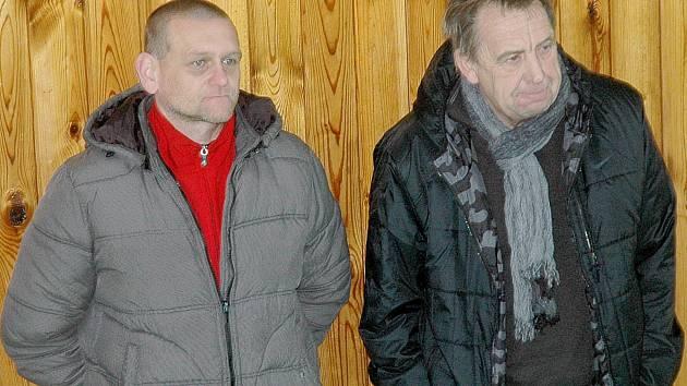 Trenér Zdic Miroslav Porsch (vlevo) sleduje jeden z turnajů přípravek společně s žebráckým předsedou Emilem Lehockým.