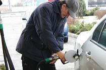 Řidiči se nemohou smířit s tím, že za naftu zaplatí více než za benzin