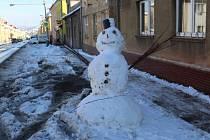 Hned u Plzeňské silnice v Králově Dvoře stojí sněhulák.
