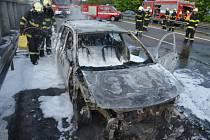 Požár osobního vozu na dálnici D5.