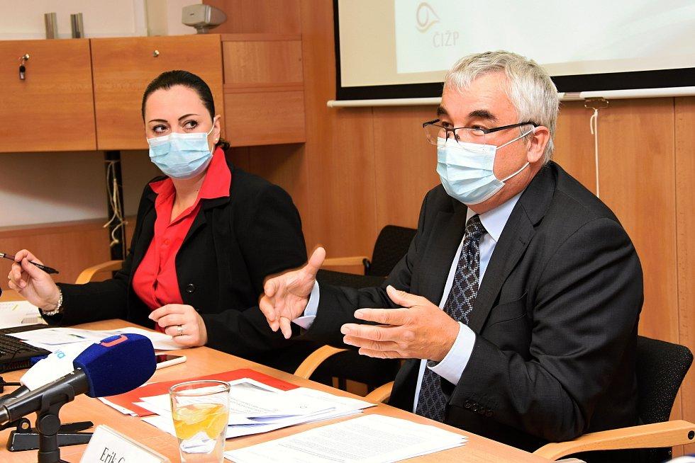 Na snímku zleva: mluvčí Radka Nastoupilová a ředitel Erik Geuss