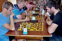 KAŽDOROČNÍM vyvrcholením činnosti je Posvícenský bleskový turnaj(na snímku). Nyní členové Šachového klubu při Městském úřadu Hostomice sbírají body v regionální soutěži