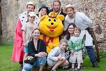 DĚTI se na Točníku potkaly i s maskotem společnosti, která podpořila hradní medvědy Agátu a Martina