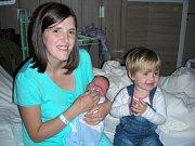 VÍT Rolník si spokojeně hoví v náručí maminky Veroniky Hájkové a sestřičky Natálky (2 roky). Vítek se narodil 22. října 2017, vážil 3,56 kg a měřil 52 cm. Tatínek Radovan Rolník si maminku a syna odvezl z porodnice domů do Králova Dvora.