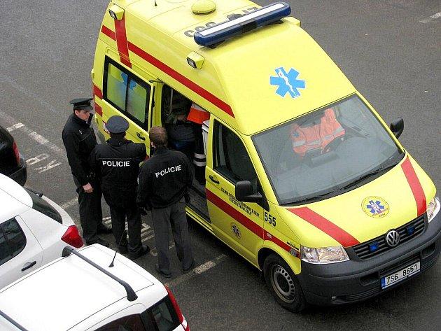 Záchanáři odváželi zraněného muže z berounského náměstí M. Poštové