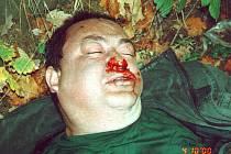 Tohoto muže nalezla policie 4.10. 2000 u lavičky v Karlickém údolí u Mořinky. Znáte ho? Viděli jste ho někde? Zdali ano, obraťte se prosím na policii či na redakci berounského deníku.