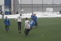 Teskahor Cup: Hořovicko - Čelákovice 1:2. Pavel Kovařík (číslo 2) vyhrává hlavičkový souboj proti čelákovické defenzívě.