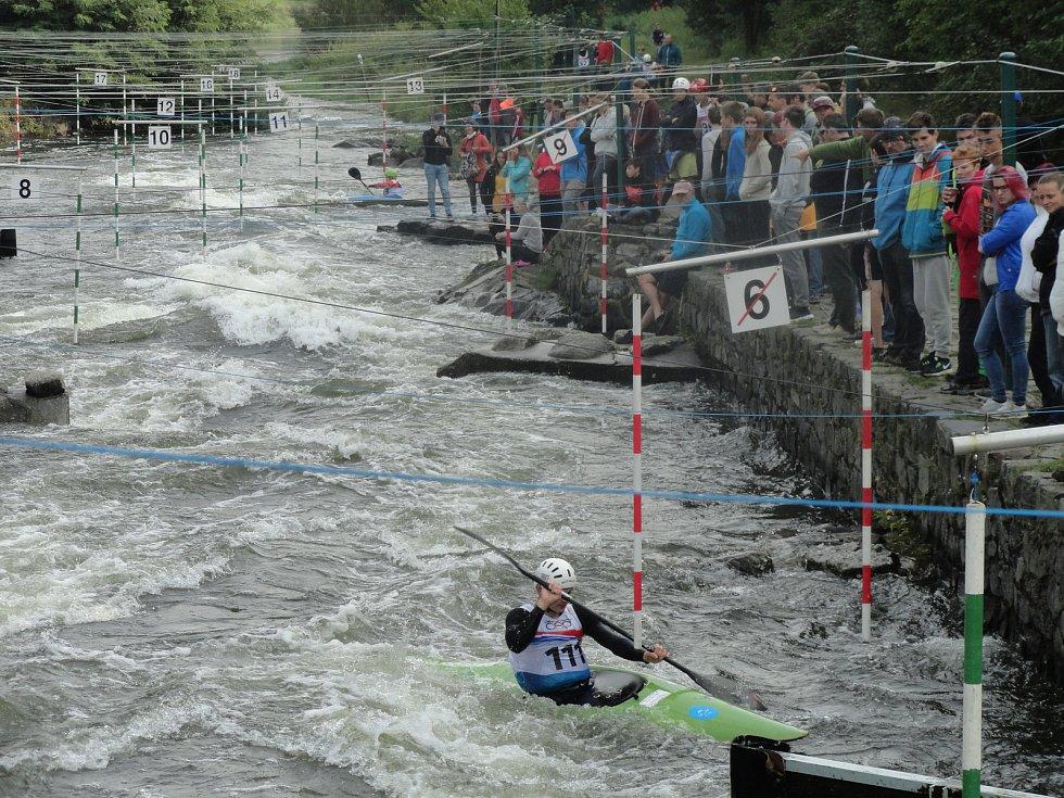 V sobotním závodě kanoistů K1 si s nástrahami roztocké trati nejlépe poradil zlatý Tomáš Zima z Roudnice nad Labem ( na snímku), nejlepší domácí závodník Vojtěch Vejvoda se umístil na hranici první čtvrtiny startovního pole na 31.místě.