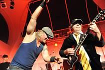 Špejbl´s Helprs – AC/DC revival band míří do hořovického Labe