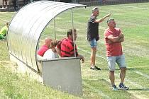JAN SPOUSTA (v černém) udílí pokyny hráčům Březové, před ním trenér týmu Zbyněk Vokáč.