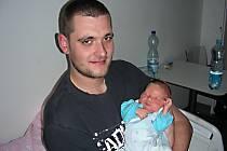 Roman Šidlík ze Žebráku chová v náručí syna Lukáše Romana, kterého přivedla na svět maminka Jana Šafářová 22. března 2014 s mírami 3,53 kg a 49 cm, a tatínek byl u porodu přítomen. Kočárek s bráškou bude vozit sestřička Vendulka Milnárová (9).