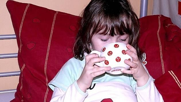 Na vchřipková onemocnění platí klid na lůžku, dostatek tekutin a pořádně se vypotit.