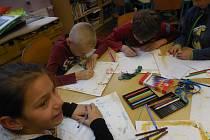 Školní družina se pravidelně zapojuje do různých výtvarných činností. Letos už děti vyráběly větrníky, krmítka pro ptáčky a také psaly zprávy a ukládaly je do lahví.