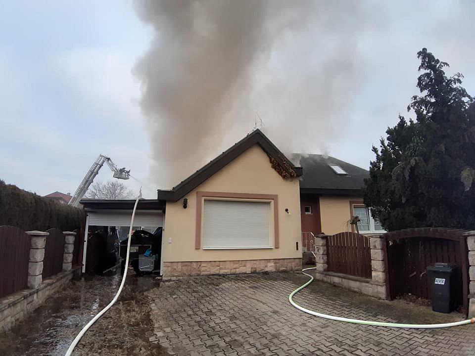Požár rodinného domu v Jesenici 20. ledna 2020.
