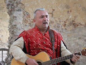 Královské vinobraní na hradu Točník je z dob Václava IV. Petr Mexbauer je jedním z jeho pořadatel