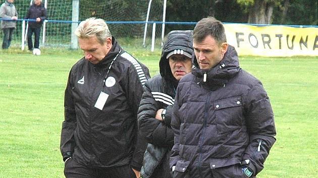 Chmury  ve tvářích vedení Hořovicka v čele s trenérem Petrem Humlem (vpravo). )